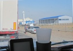 KAZAQUISTAN 1° ENTRADA 2. (LA FRONTERA POR KOTYAYEVKA) LA LLEGADA, DELANTE TENEMOS UN CAMION DE UCRANIA