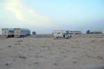 KAZAQUISTAN 1° ENTRADA 71. (CON DESTINO A UZBEKISTAN) LOS CAMIONEROS SE REUNEN AL ATARDECER PARA PASAR LA NOCHE EN LA ESTEPA EN SEGURIDAD, NOS HAN ACEPTADO CON ELLOS