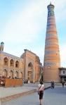 UZBEKISTAN 100 ( KHIVA MONUMENTAL) MINARETE ISLAM JODZHA, PETRA SE SIENTE MINUSCULA AL LADO