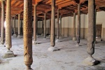 UZBEKISTAN 101 ( KHIVA MONUMENTAL) LA MEZQUITA CATEDRAL DJUMA, ES TIPICAMENTE ARCAICA CON UN TECHO PLANO EN COLUMNAS QUE NO TIENE PARECIDO EN ASIA CENTRAL