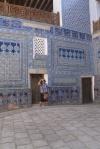 UZBEKISTAN 110 ( KHIVA MONUMENTAL) PALACIO DE TASH-KHAULI, EN TIEMPOS DE LOS KANES NI LOS CORTESANOS PODIAN ENTRAR EN EL HAREN, Y MUCHO MENOS LA GENTE COMUN, HOY CUALQUIER TURISTA PUEDE VISITAR FÁCILMENTE ESTA ZONA PROHIBIDA