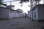UZBEKISTAN 241 (LA VIDA EN SAMARCANDA) COMO EN TODO EL PAIS LAS TUBERIAS AEREAS DE GAS SON OMNIPRESENTES