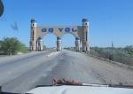 UZBEKISTAN 72 (DE CAMINO A KHIVA) ES FRECUENTE VER UN ARCO INDICANDO LA ENTRADA A OTRA REGION