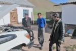 KIRGUISTAN 46 (PAMIR, EL VALLE DE ALAI) SARY MOGHUL, LOS HOMBRES ESTAN MUY INTERSADOS QUE LES ENSEÑEMOS EL MOTOR DEL COCHE