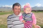 KIRGUISTAN 56 (PAMIR, EL VALLE DE ALAI) ANTES DE LA FRONTERA DE TAYIKISTAN, … PERO SON MUY AMABLES Y SONRRIENTE