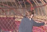 KIRGUISTAN 59 (PAMIR, EL VALLE DE ALAI) ANTES DE LA FRONTERA DE TAYIKISTAN, TOMANDO NOTA DE LOS DETALLES INTERIORES