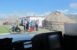 KIRGUISTAN 65 (PAMIR, EL VALLE DE ALAI) ANTES DE LA FRONTERA DE TAYIKISTAN, TODA LA FAMILIA SALE A DESPEDIRNOS
