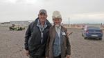 KIRGUISTAN 271 (EN CAMINO A KAZAJISTAN) BAZAR DE TOKMAK, EL JEFE DE GUARDAS A INSISTIDO PARA QUE NOS HAGAMOS UNA FOTO JUNTOS