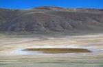 MONGOLIA 24 (HACIA KHOVB) A ESTOS PEQUENOS LAGOS SALADOS EN LA MESETA, ACUDEN LOS ANIMALES A MINERALIZARSE