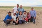 MONGOLIA 72 (EL LAGO KHAR NUUR) UNA FAMILIA ADINERADA DE ULAN BATOR, ACOMPANADA DE UN GUIA VISITA EL LAGO