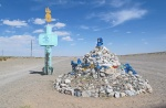MONGOLIA 121 (HACIA ARVAYHEER) BUMBUGUR, OVOO Y MUMENTO EN LA SALIDA DEL PUEBLO