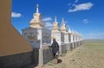 MONGOLIA 143 (HACIA ARVAYHEER) LA TRADICION DICE QUE HAY QUE DEPOSITAR UNA PIEDRA EN UN DE LA STUPAS ANTES DE ENTRAR AL TEMPLO