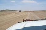 MONGOLIA 220 (GOBI- DE BOGD SUM A BULGAN) UN ENCUENTRO INSOLITO, UNA CARAVANA DE DIEZ CAMIONES