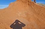 MONGOLIA 252 (BAYANZAG) FOTOGRAFIANDO LOS RESTOS DIFUSOS DE UN DINOSAURIO