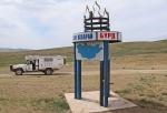 MONGOLIA 285 (HACIA UVURKHUSHUUT) MONUMENTO A LA ENTRADA DE BURG SUM