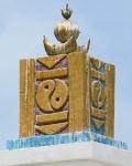 MONGOLIA 296 (HACIA UVURKHUSHUUT) EL MONUMENTO ESTA CORONADO POR ESCUDO DE ARMAS MONGOLIA