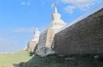 MONGOLIA 300 (KARAKORUM-EL MONASTERIO DE ERDENE ZUU) MURO INTERIOR, EN VEZ DE 100 ESTUPAS SE PENSO QUE HUBIERA 108, EL CUAL ES UN NUMERO SAGRADO DEL BUDISMO
