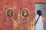 MONGOLIA 304 (KARAKORUM-EL MONASTERIO DE ERDENE ZUU) LOS LLAMADORES EN CABEZA DE LEON SON DE CLARA INFLUENCIA CHINA