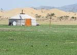 MONGOLIA 394 (CERCA DE LAS DUNAS ELSEN TASARKHAI) EN LA YURTA TIENEN PANELES SOLARES Y T.V. UN LUJO
