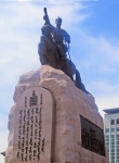 MONGOLIA 420 (EL CENTRO DE ULAN BATOR) LA ESTATUA AL CABALLO DE DAMDIN SUKHBAATAR (1893 - 1923) EL PADRE DE LA MONGOLIA MODERNA