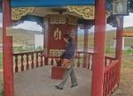 MONGOLIA 440 (HACIA EL NORTE) UN PEQUEÑO TEMPLO EN NUESTRO CAMINO, PETRA GIRANDO UN MOLINO DE ORACIONES
