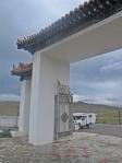 MONGOLIA 441 (HACIA EL NORTE) UN PEQUEÑO TEMPLO EN NUESTRO CAMINO, NUESTRO FIEL COCHE ESPERANDONOS A LA SALIDA