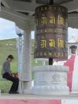 MONGOLIA 503 (EL MONASTERIO DE AMARBAYASGALANT) PAUSA EN UN GRAN MOLINO DE ORACIONES
