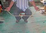 MONGOLIA 538 (LA POBLACION DE LOS ARCOS, DULAANKHAAN) EL SR. BOLBAATAR EXPLICANDO COMO SE MONTA LA CUERDA DEL ARCO, ESTE PUEDE LANZAR LA FLECHA UNA DISTANCIA DE MAS 500 M.