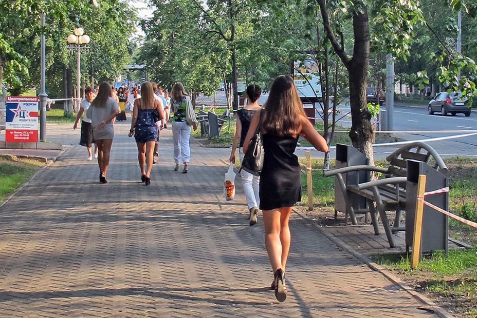 Las mujeres rusas vinculan la ciudad de minsk