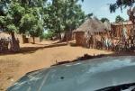 MALI 16 (CAMINO A LAS CATARATAS DE GOUINA) ATRAVESAMOS PEQUEÑOS POBLADOS DONDE LOS AUTOMOVILES NO SON FRECUENTES
