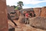 BURKIINA FASO 70 (TIEBELE, UN POBLADO DE LA ETNIA KASSENA) TODA LA SUPERFICIE DE MUROS Y TEJADOS SE RECUBRE CON UN BARNIZ NATURAL PRODUCIDA POR LAS VAINAS DE NERE, EL ARBOL DE LA ALGARROBA AFRICANA