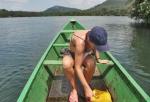 GHANA 43 (EN CANOA POR EL RIO VOLTA) LA CANOA QUE HEMOS ALQUILADO HACE AGUAS POR TODAS PARTES