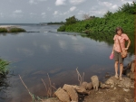 CAMERUN 195. POR EL DEPARTAMENTO DEL OCEANO. (EN LA PARTE ALTA DE LAS CATARATAS DE LA LOBE) A LOS PIES DE PETRA SE VEN LAS NASA QUE SE USAN PARA COJER UNOS CAMARONES ENDEMICOS DE ESTE RIO ...
