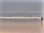 CAMERUN 228. POR EL DEPARTAMENTO DEL OCEANO. (LA CIUDAD DE KRIBI - PESCA DESDE LA PLYA) PRIMRTO ENVIAN LA RED EN UNA PIRAGUAS A UNOS 300 M.DE LA ORILLA...