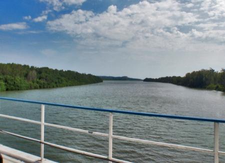 ANGOLA 29. (EN DIRECCION A SUMBE) EL RIO KWANZA ES EL MAS GRANDE SOLO ANGOLES, NACE CENTRO DEL PAIS Y DESEMBOCA EN EL OCEANO ATLANTICO, AL SUR DE LUANDA, SU LONGITUD TOTAL ES 965 KM.
