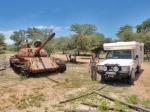 ANGOLA 45. (HACIA LA FRONTERA CON NAMIBA) CON NAMIBA) CERCA DE MONGUA ENCONTRAMOS LOS RESTOS UN BLINDADO RUSO T-62, EN DONDE LOS TANQUES SE QUEDAN PETRA SIGUE ADELANTE